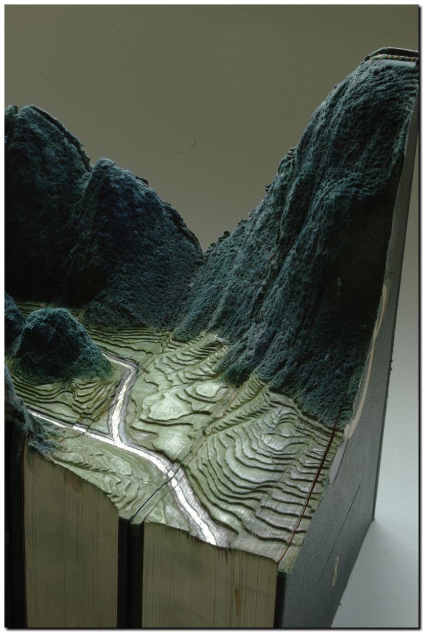 Гай Лярами Скульптура из книг №3